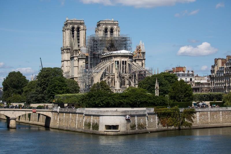 法國巴黎聖母院在日前遭遇大火後,將於今日舉行首次彌撒,估計會有30人參與小規模的禱告,並有電視直播。圖為重建中的巴黎聖母院。(歐新社)