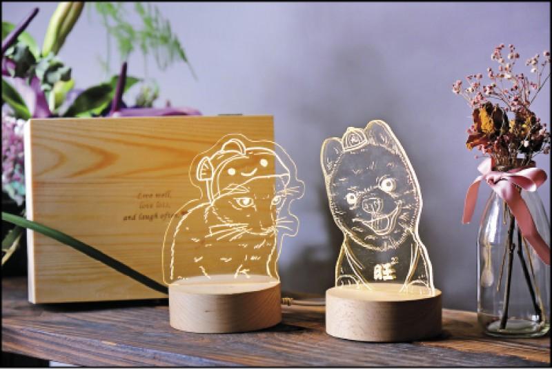 有製夜燈(寵物客製版)/1組1,700元(圖為2組), 包含客製化燈片、底座和木盒,一張燈片內最多可放入6張小圖像,飼主可以提供與毛孩的親密合照,或同時復刻家中多隻毛孩,夜燈底座、包裝木盒皆可免費刻字,木盒上也可加價刻上現有或自行設計的圖示。(記者李惠洲/攝影)