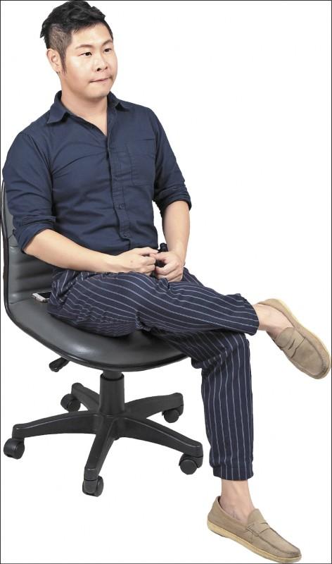 保持姿勢正確是保護膝蓋的方式之一,圖中翹二郎腿的姿勢最好少做。(記者陳宇睿/攝影)