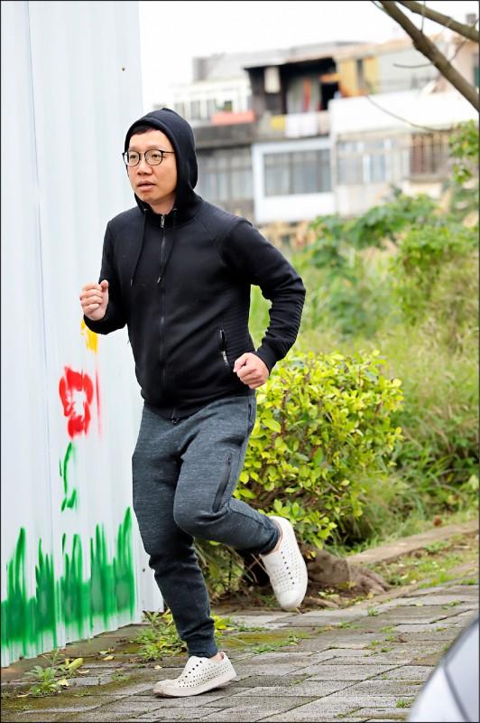 要保養好膝蓋,林宗慶醫師建議要持續而規律地執行有氧運動,且越年輕開始越好。(記者陳宇睿/攝影)