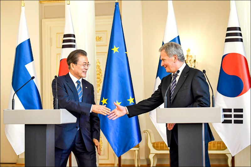 南韓總統文在寅以芬蘭做為其最近的北歐出訪行程首站。圖為他和芬蘭總統尼尼斯托(Sauli Niinisto,右),10日在芬蘭首都赫爾辛基總統府召開的記者會中握手。(歐新社)