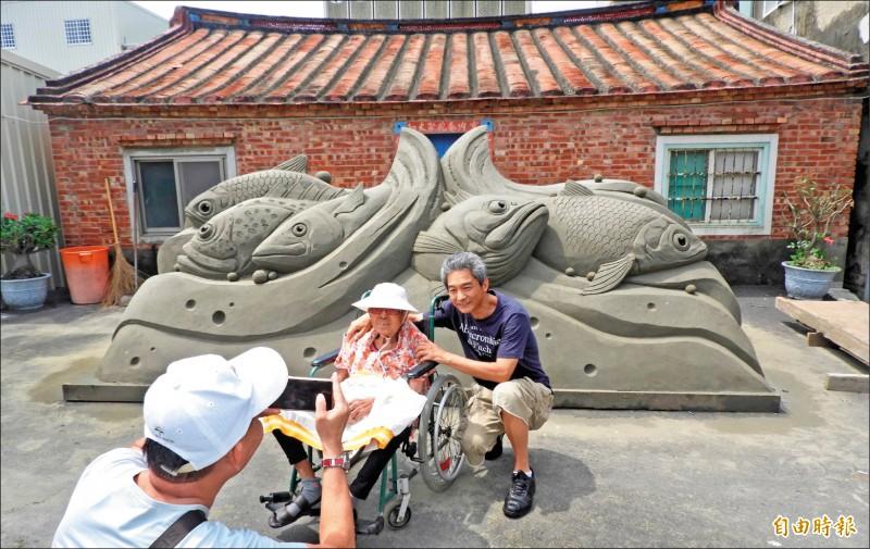 「漁湧豐收」沙雕作品。 (記者楊金城攝)