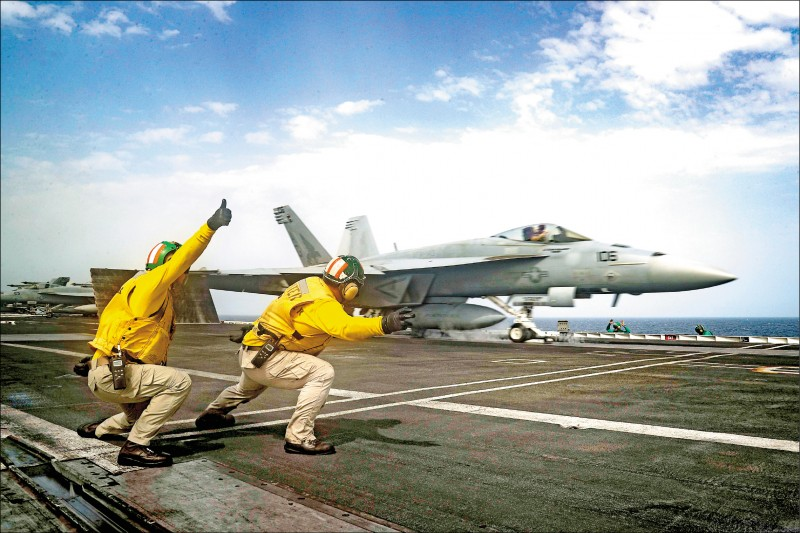 美國海軍「林肯號」航空母艦已在五月中被派往中東水域,以因應伊朗可能發動攻擊。圖為綽號「嘔吐犬」的美國海軍第一四三戰鬥攻擊機中隊,一架F/A-18E超級大黃蜂戰機在林肯號上起飛。(歐新社檔案照)