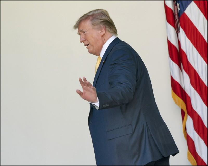 川普改口表示,若從敵國拿到選舉對手黑資料,他「絕對」會通報聯邦調查局。 (歐新社)