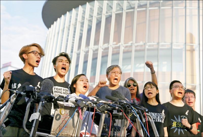 香港泛民主派組織「民間人權陣線」15日在立法會大樓外,回應林鄭月娥的表態。(路透)
