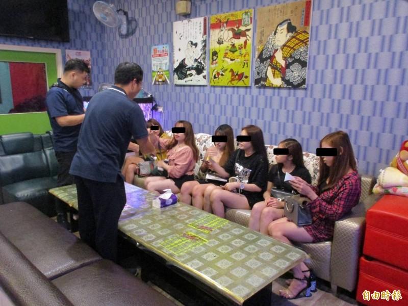 嘉義縣專勤隊查獲越南籍女子非法坐檯陪酒。(記者林宜樟翻攝)