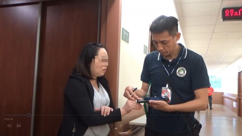 黎女(左)花了23萬變造指紋闖關入境在台工作,孰料手術費還沒回本,就被查獲。(記者萬于甄翻攝)