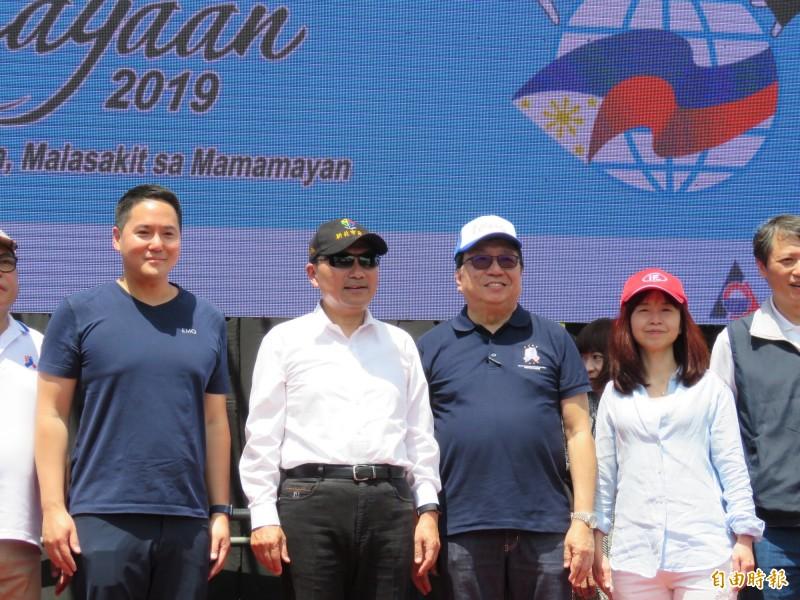 新北市長侯友宜(左二)及菲律賓駐台代表ANGELITO T.BANAYO(左三)一同替路跑得獎者頒獎。(記者陳心瑜攝)