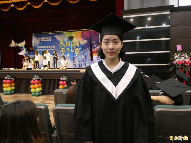 運管系畢業生趙亭雅在明新科大4年期間參加全國大專運動會拿下跆拳道3金1銅,是該校的「金牌畢業生」。(記者黃美珠攝)