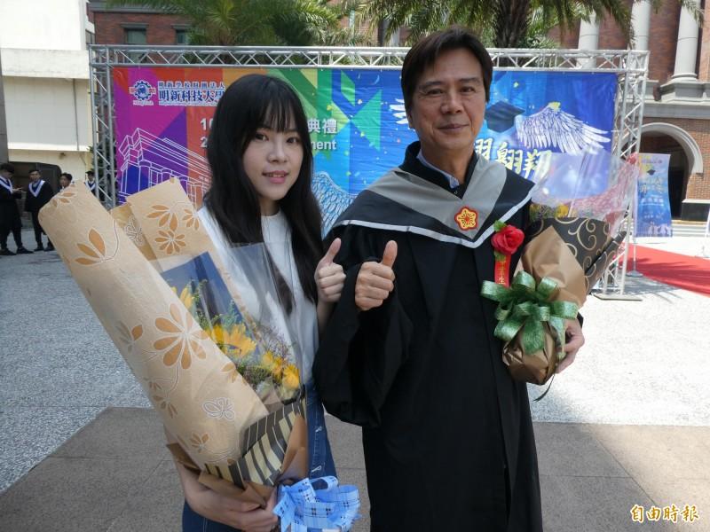 明新科大管理研究所父女檔楊宗諺(右)與二女兒楊育儒(左)今天一起出席畢業典禮,他們跟今天有事未能出席的姊姊楊宛儒,父女3人同日在同校、同個研究所畢業成為焦點。(記者黃美珠攝)