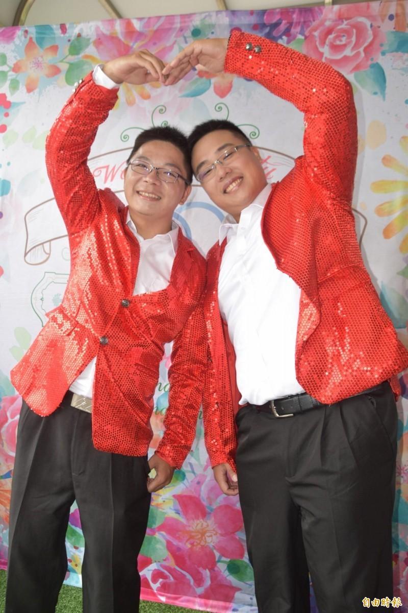 37歲陳宗廷(左)和30歲李耿弘(右)交往8年終成眷屬。(記者蘇福男攝)