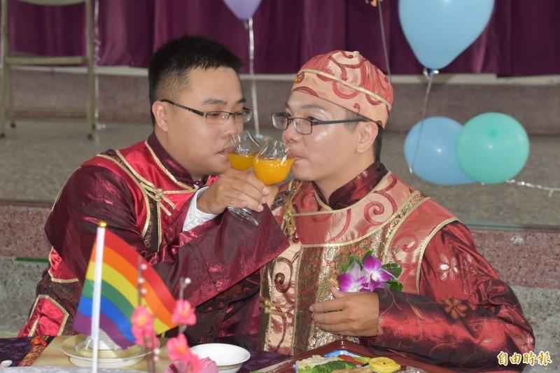 新人陳宗廷(右)和李耿弘(左)在婚宴上,開心喝交杯酒。(記者蘇福男攝)