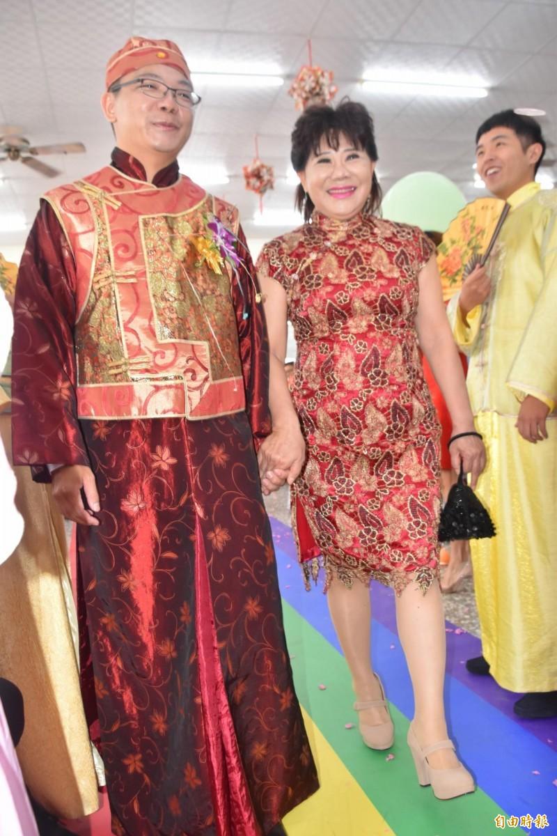 歐金珠(中)牽著兒子陳宗廷(左)的手陪走彩虹地毯,邁向人生的另一階段。(記者蘇福男攝)