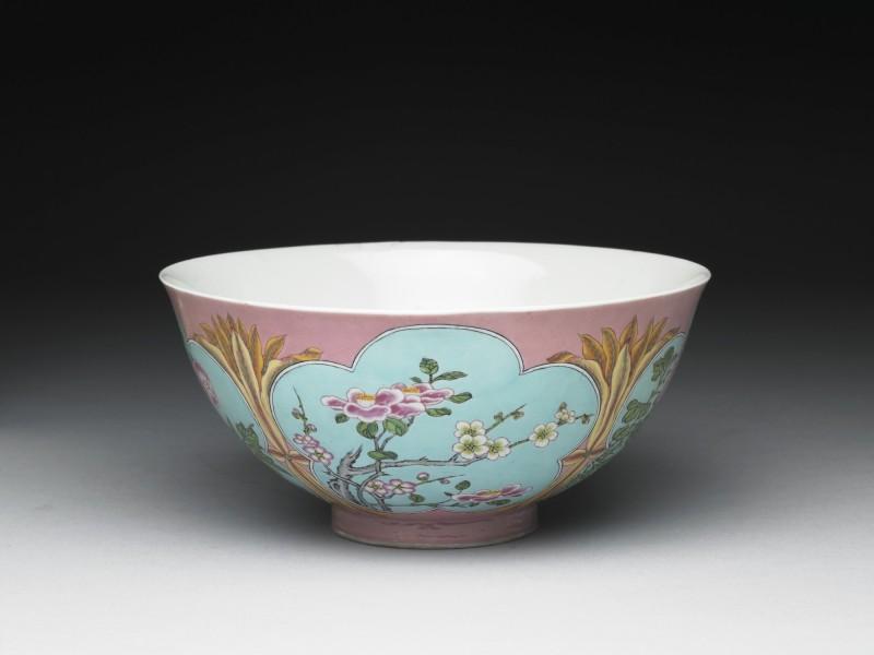 清康熙琺瑯彩粉紅地開光四季花卉碗。(故宮提供)