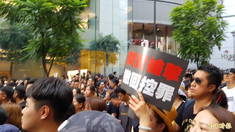 16日香港反送中大遊行滿滿穿著黑衣的人潮。(記者簡惠茹攝)