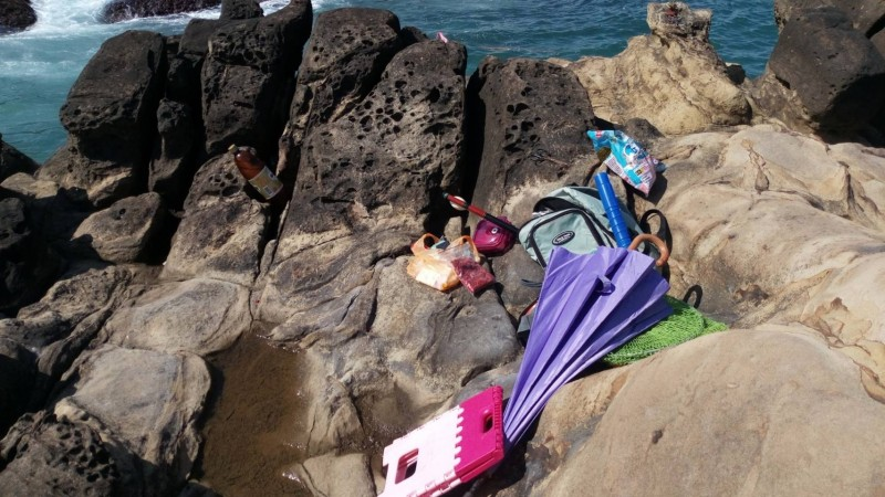 岸巡人員巡查時發現劉男正在垂釣,還備著遮陽傘等裝備(記者吳昇儒翻攝)