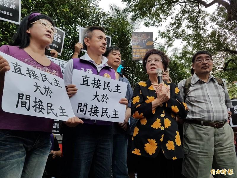 前副總統呂秀蓮(右二)赴立法院青島東路門前,聲援發動「反惡法•救公投」活動。(記者謝君臨攝)
