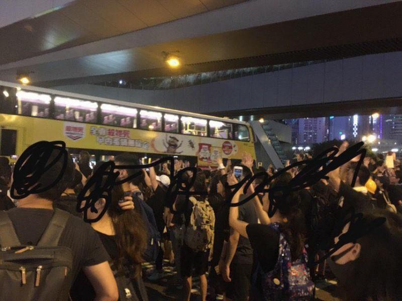 位於夏愨道的示威者開出一條路讓受困車輛駛離。(圖擷取自反送中已核實資訊頻道)