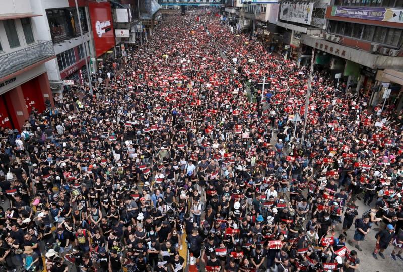 香港民眾今(16日)繼續上街示威,有男子自稱是休假中的港警,因不滿警方使用過度武力,最後決定和市民站在一起遊行抗議。(路透)
