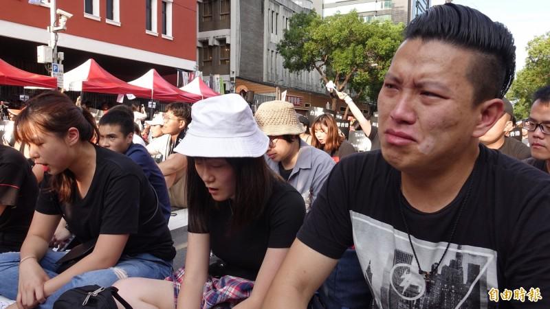 香港教育大學亞洲及政策研究學系講師蔡俊威(右)也帶著學生前來參與靜坐聽講,親身感受台灣人力挺反送中的行動,並在Beyond 的歌聲中感動落淚。 (記者劉信德攝)