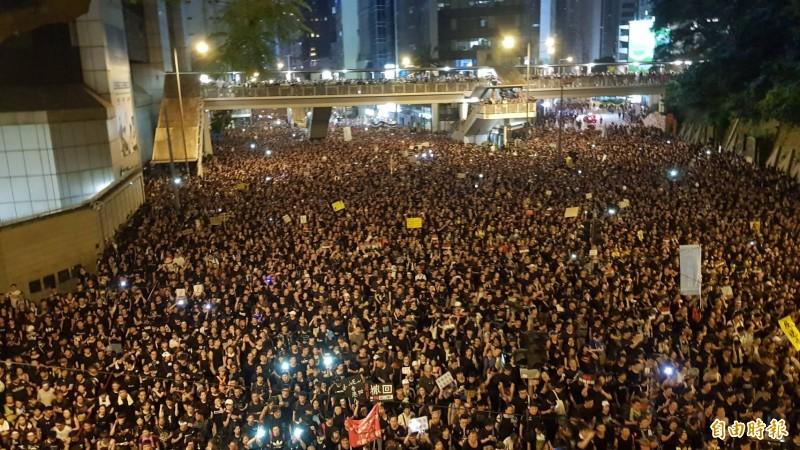 16日香港反送中大遊行入夜後人潮依舊擠滿整條街道。(記者簡惠茹攝)