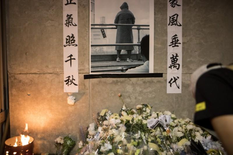 香港反送中逾200萬人上街抗議,民陣發布人數特+1人,就是為悼念因此事送命的黃衣男。(彭博)
