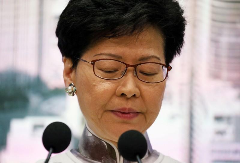 香港特首林鄭月娥的母校嘉諾撒聖方濟各書院有一群校友集會抗議,高呼「shame on you!」等口號,要求林鄭立即下台。(路透)