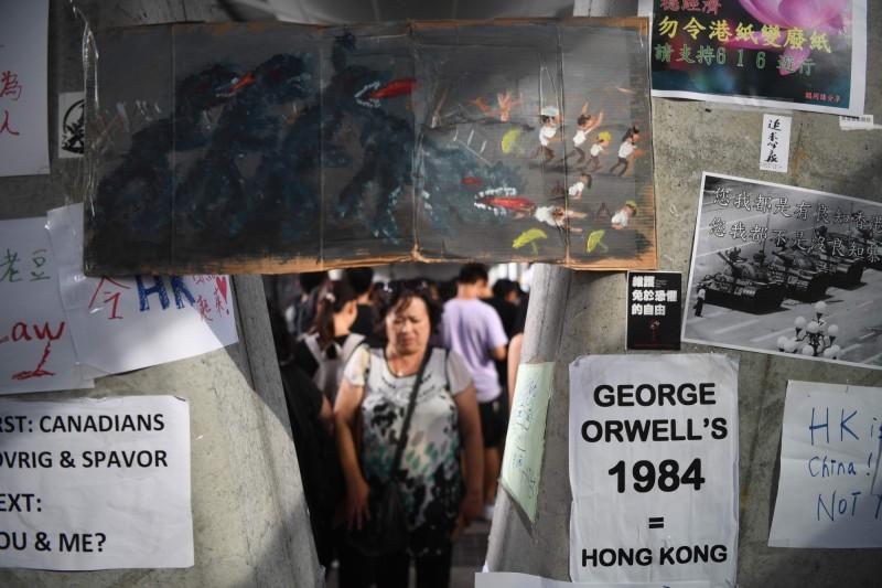香港大學生Alan(化名)受訪時表示,他們計畫在香港各處張貼警民衝突畫面,吸引更多人注意。圖僅示意,非當事人張貼的影像。(法新社)