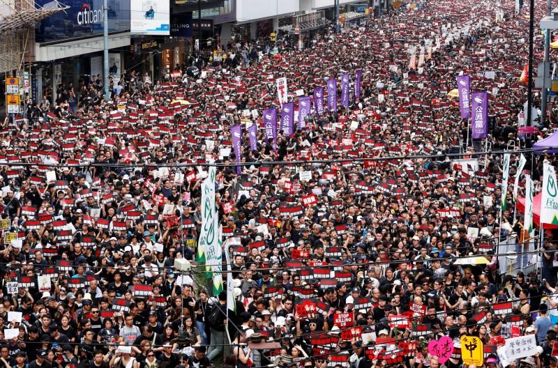 香港民眾不滿特首林鄭月娥宣布送中「逃犯條例」只是暫緩修訂但不撤回,今(16日)繼續上街示威,大數據預估人數有72%的機率達到144萬人。(路透)