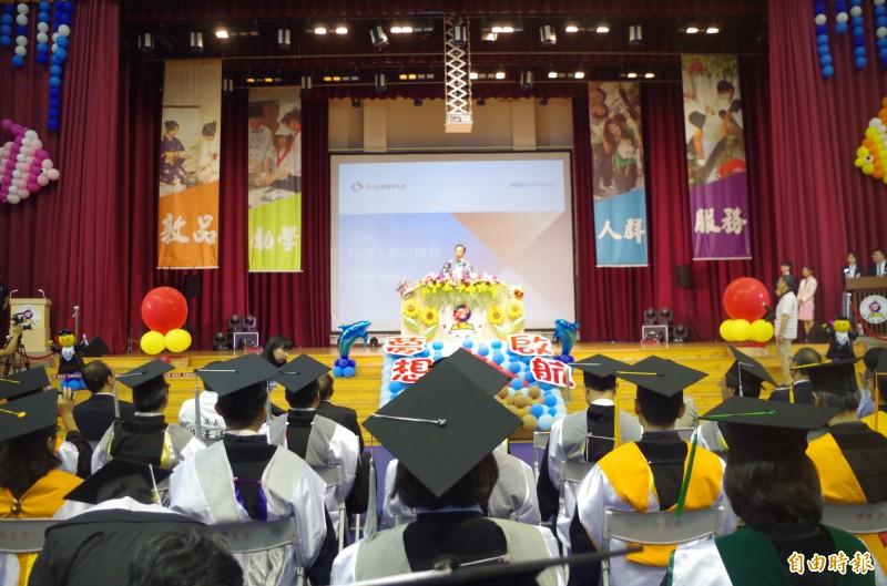 郭台銘在吳鳳科技大學畢業典禮,勉勵年輕人連續工作45年不放假,成就就能超越自己。(資料照)