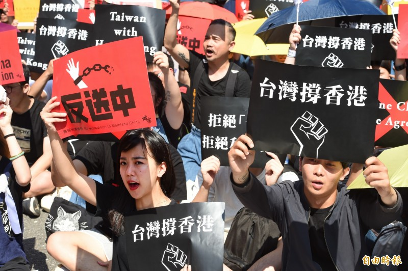 在台港生、台灣民眾16日在立法院外出席「撐香港,反送中--我在台灣反對【逃犯條例】修訂」集會,表達支持香港民眾反送中。(記者方賓照攝)