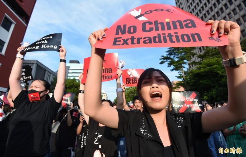 台灣響應香港「撐香港,反送中」集會,16日大批民眾身穿黑衣聚集在立法院外,參與的人們高舉標語,包括「反送中」、「拒絕一中、拒絕和平協議」、「台灣撐香港」,並一同高喊「撐香港,反送中!」口號。(記者劉信德攝)