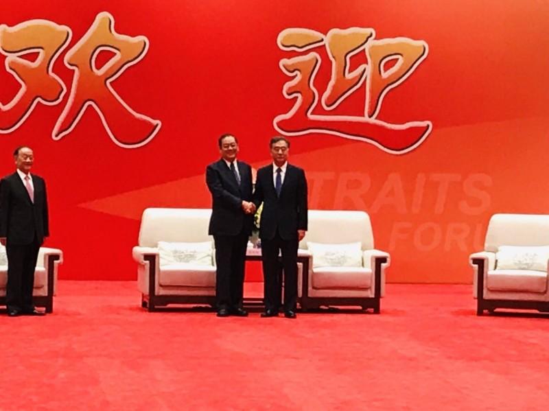 中國全國政協主席汪洋今天與到廈門參加海峽論壇的國民黨副主席兼秘書長曾永權會面。(國民黨提供)