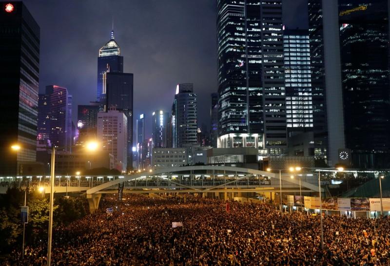 香港16日反送中抗爭,至晚間仍有大批民眾在街道上抗議香港政府。(路透)