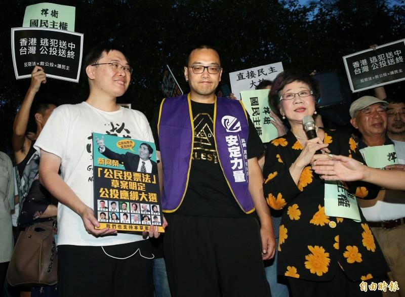 前副總統呂秀蓮(右)出席「反惡法‧救公投」記者會;左為黃士修。(記者方賓照攝)