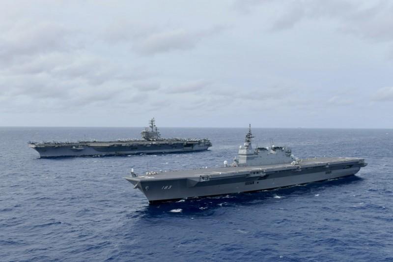 本月10日至12日期間,「出雲號」(前)與美航母「雷根號」(後)組成一支艦隊,在南海展開聯合的戰術行動。(路透)