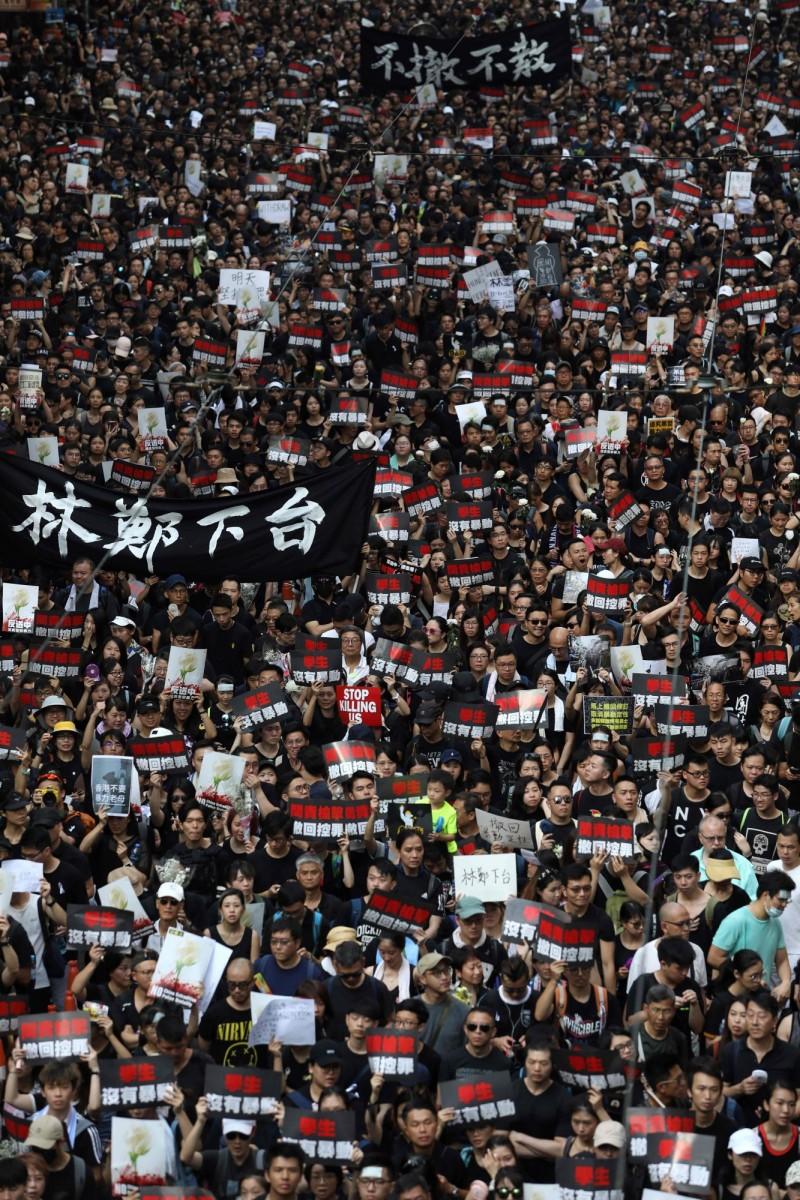 圖為16日香港民眾再度上街頭,要求撤回《送中條例》。(法新社)