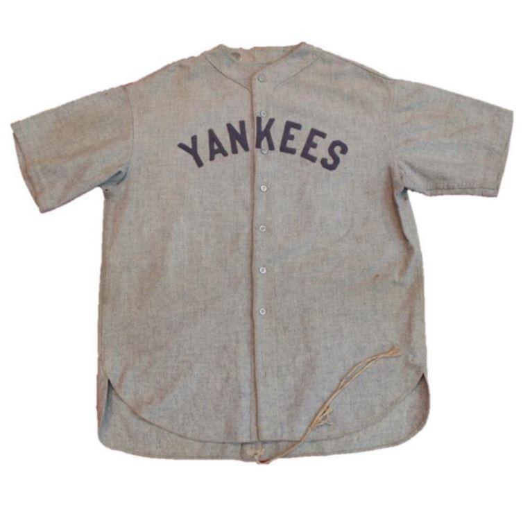 美國傳奇棒球運動員貝比魯斯(Babe Ruth)穿過的球衣,在紐約拍賣會上以564萬美元(約新台幣1.77億元)成交,創下體育收藏品的最貴紀錄。(圖擷自@sgcgrading推特)