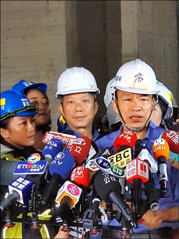 曾任韓國瑜競選高雄市長發言人的侯亞寧(中),在立委初選敗陣。(記者葛祐豪翻攝)
