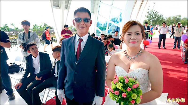陳宏吉(左)和莊淑屏這對新人昨在北門水晶教堂舉辦婚禮,親友觀禮祝福。(記者楊金城攝)