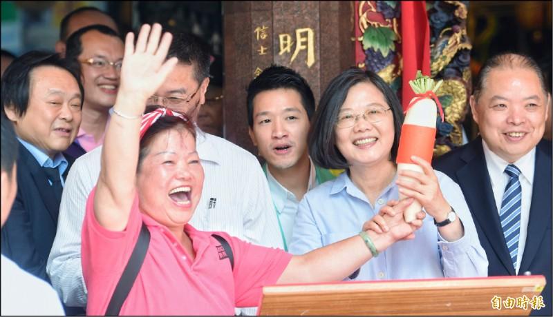 總統蔡英文16日前往北市大同區「大同普願宮」參拜,熱情支持者送上好彩頭,預祝連任成功。(記者劉信德攝)