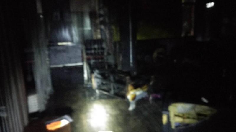 現場被施放信號彈後燻成漆黑一片。(記者吳昇儒翻攝)
