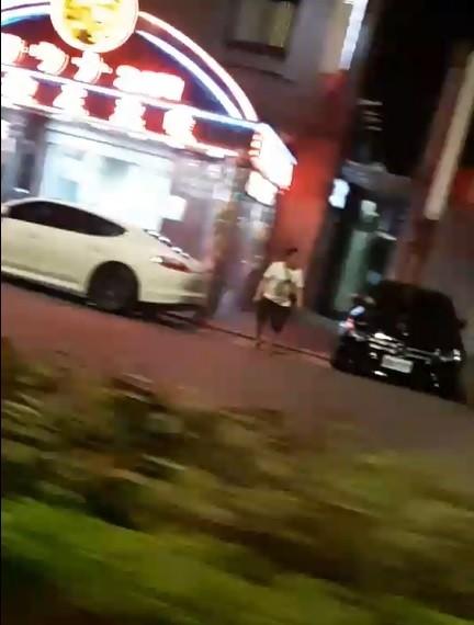 黃嫌犯案後大喇喇拿著手槍在街道上行走。(記者王冠仁翻攝)