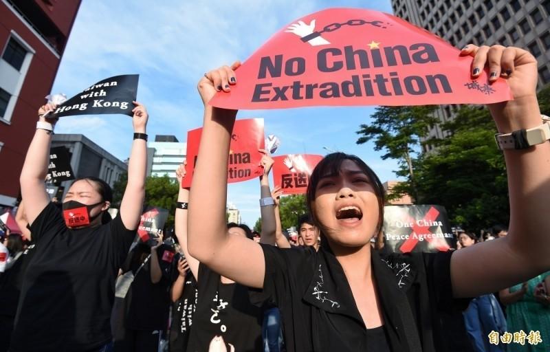 台灣響應香港「撐香港,反送中」集會,昨(16)有逾萬民眾身穿黑衣聚集在立法院外,聲援「反送中」。(資料照,記者劉信德攝)