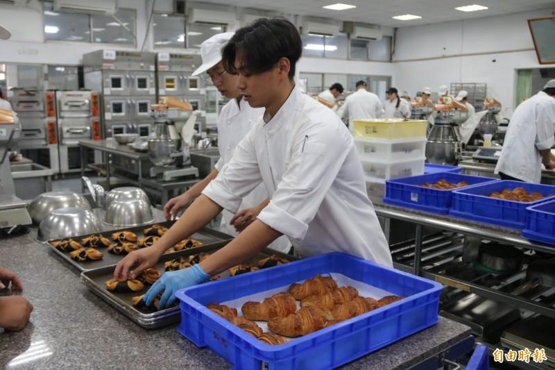 弘光大科食品科技系學生溫裖湙(右),擅長製作麵包西點。(記者張軒哲攝)