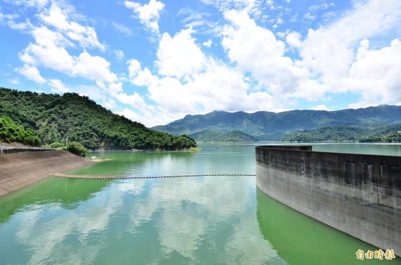 聯通管若是完工,容量較大的曾文水庫可緊急備援供應民生用水為主的南化水庫。(記者吳俊鋒攝)