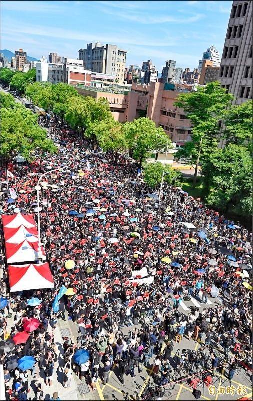 上萬台港民眾昨在立法院外聲援香港「反送中」。(資料照,記者劉信德攝)