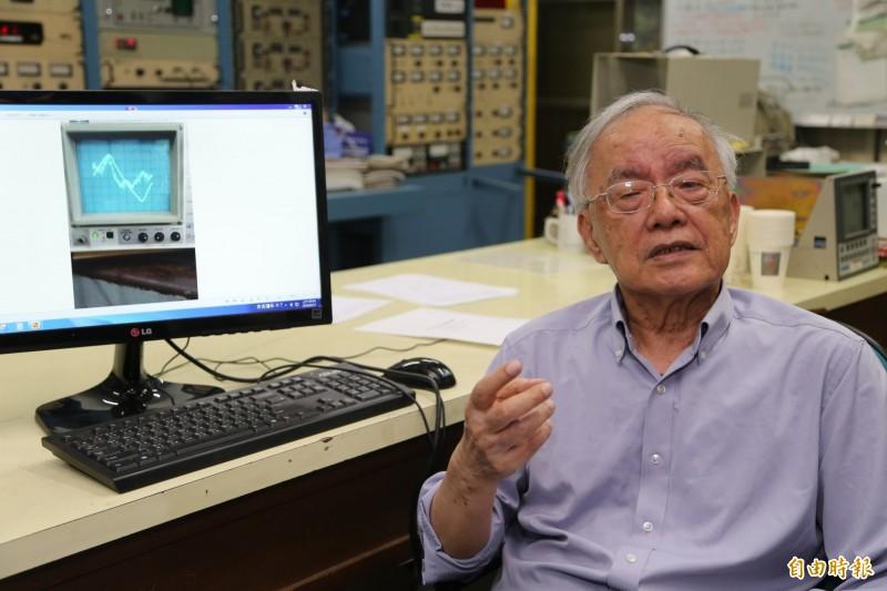 清大教授楊銀圳已高齢85歲,但他投入粒子加速器的研究20多年,終於發現W中道子,這種低能量及低耗能的發,將提供能源用電一個可行管道,也將把此發現向國際期刊發表。(記者洪美秀攝)