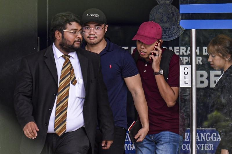 馬來西亞「政壇男男性愛短片」主角哈茲阿茲(左2,頭戴黑帽)15日獲得保釋。(歐新社)