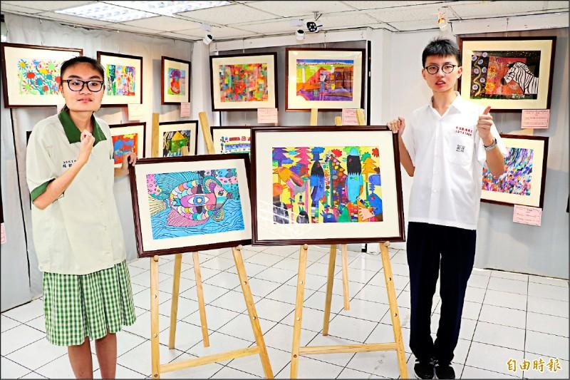 患有自閉症的張恩博(右)畫出「台灣藍鵲」,同樣罹患自閉症的賴群靖以「我是一隻魚」,獲選「愛在畫中」展覽,即日起在致理科技大學展出。 (記者賴筱桐攝)